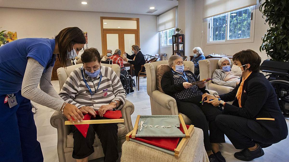 Residentes y trabajadores de un centro geriátrico de Burjassot, esta misma semana. | G.CABALLERO