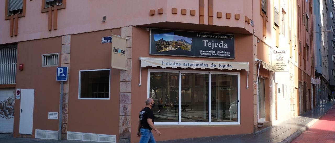 El nuevo establecimiento de productos de Tejeda en la esquina de la calle Churruca con República Dominicana ultima sus preparativos para abrir.