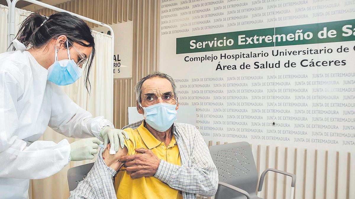 Vacunación con AstraZeneca en el Hospital Universitario de Cáceres.