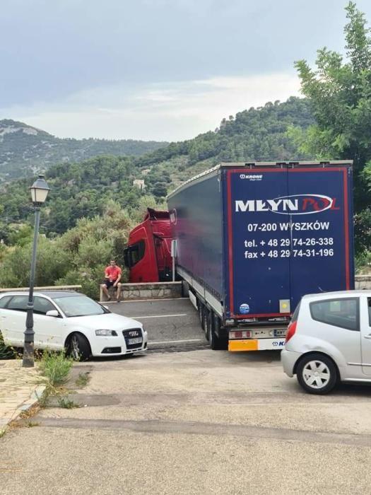 Un camión bloquea la carretera de Valldemossa y provoca retenciones