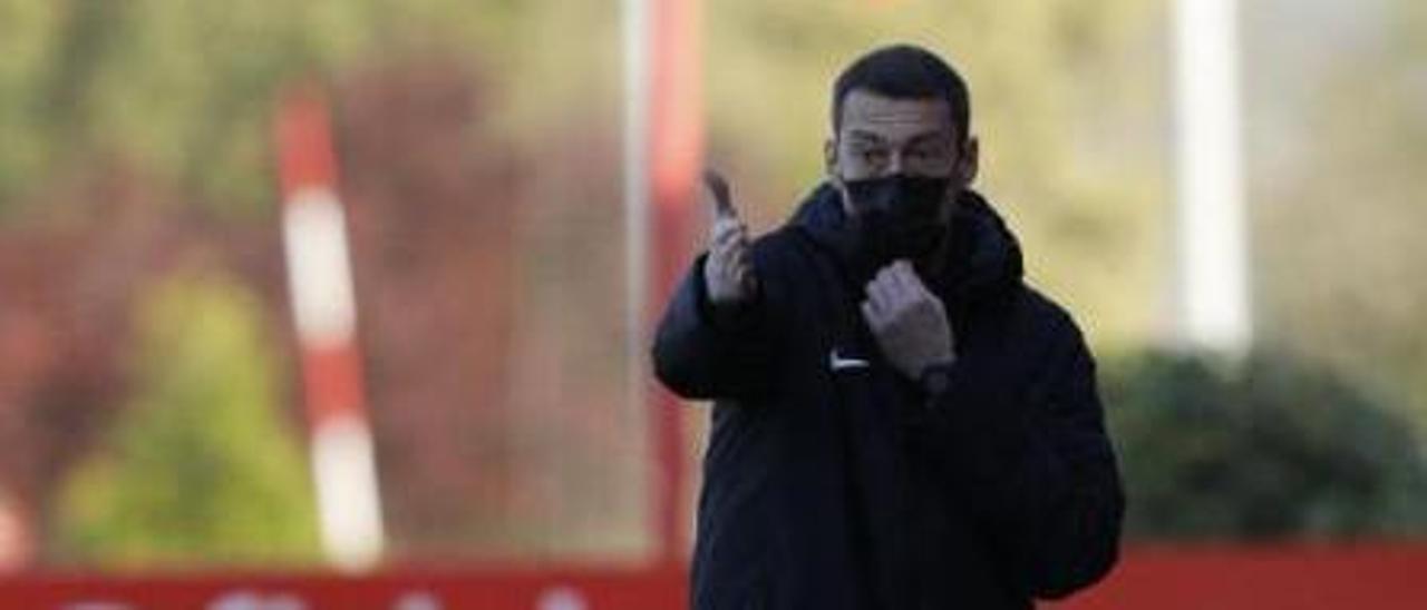 Sergio Sánchez da indicaciones durante un partido.