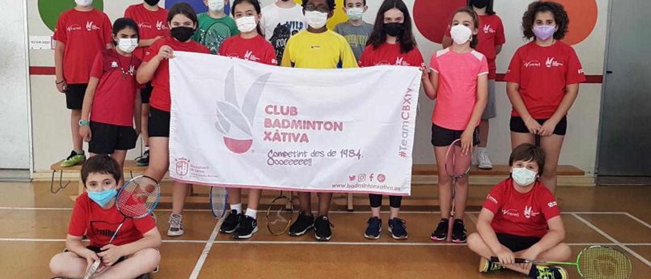 Deportistas del CB Xàtiva y de la escuela deportiva en la jornada en el Jacinto Castañeda.   JAVIER ALCÁZAR
