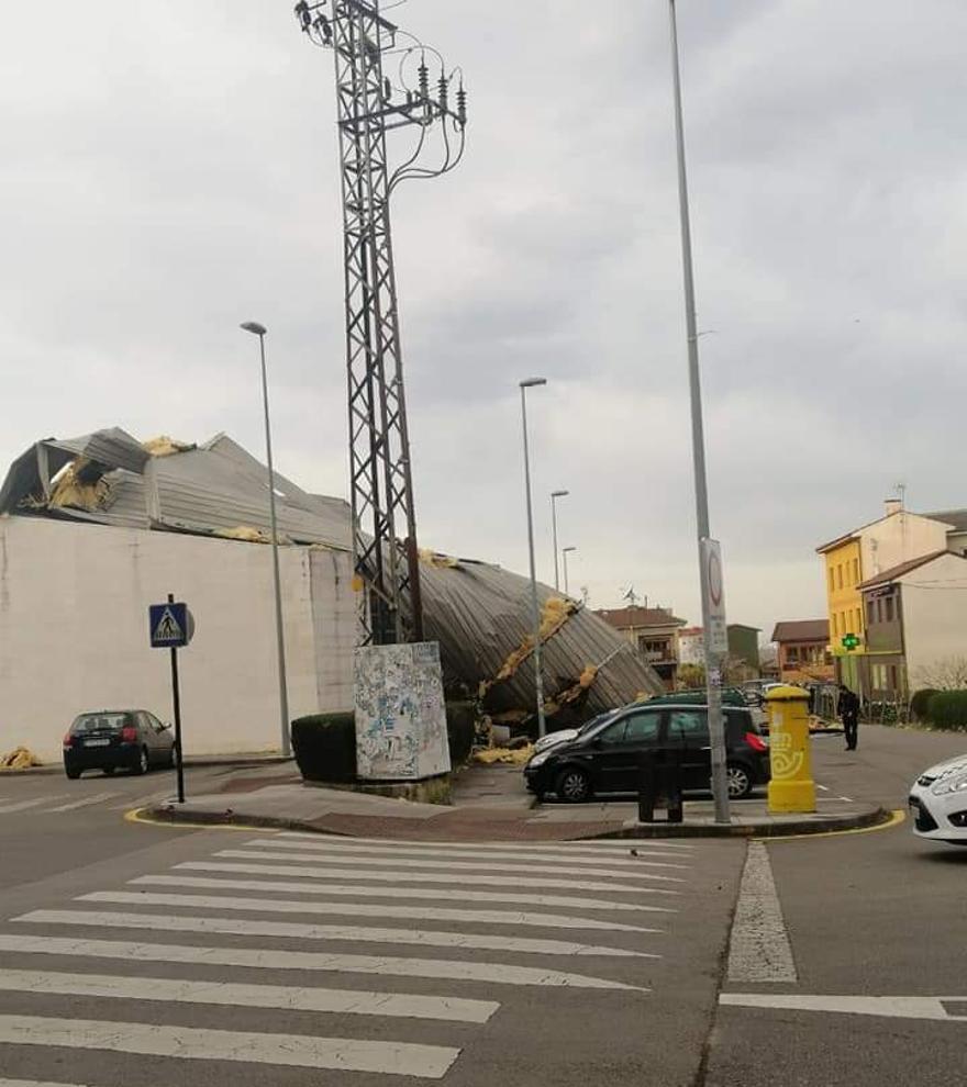 """La borrasca """"Karim"""" causa destrozos el polideportivo del El Berrón."""