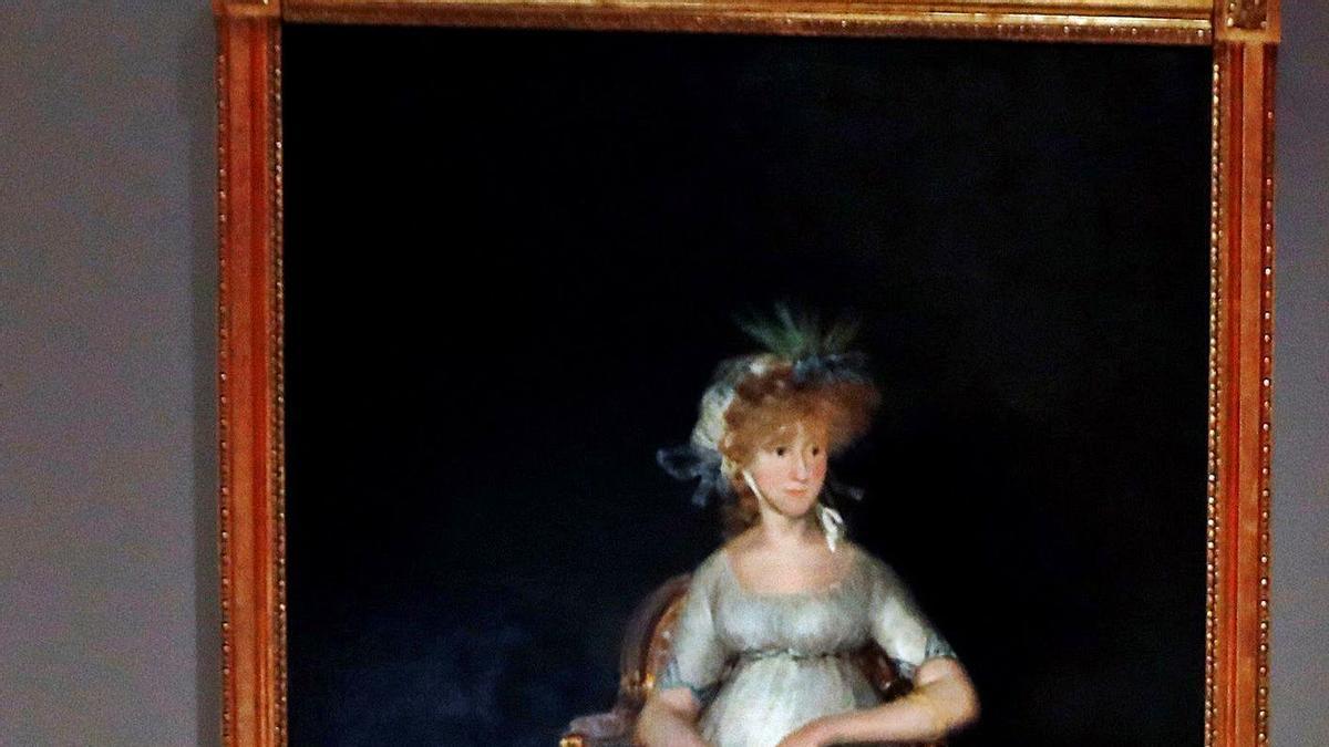 La restauradora Elisa Mora posa junto a «La condesa de Chinchón» de Francisco de Goya.  |  EFE/J.J. GUILLÉN