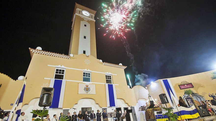 El Día de Canarias se celebra con la música de Pedro Guerra y Los Sabandeños