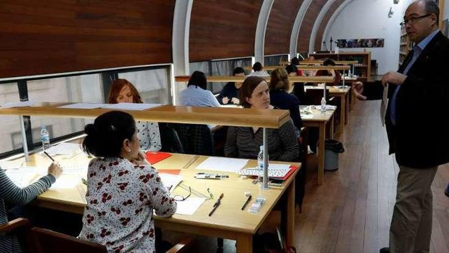 Asistentes y el experto Diego Navarro ayer en la biblioteca del Etnográfico.