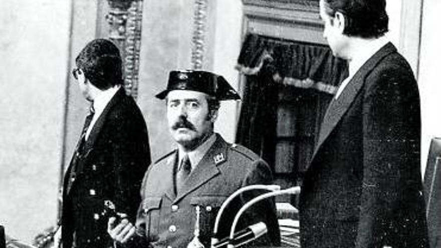 El coronel Antonio Tejero en el estrado del hemiciclo con la pistola en la mano .