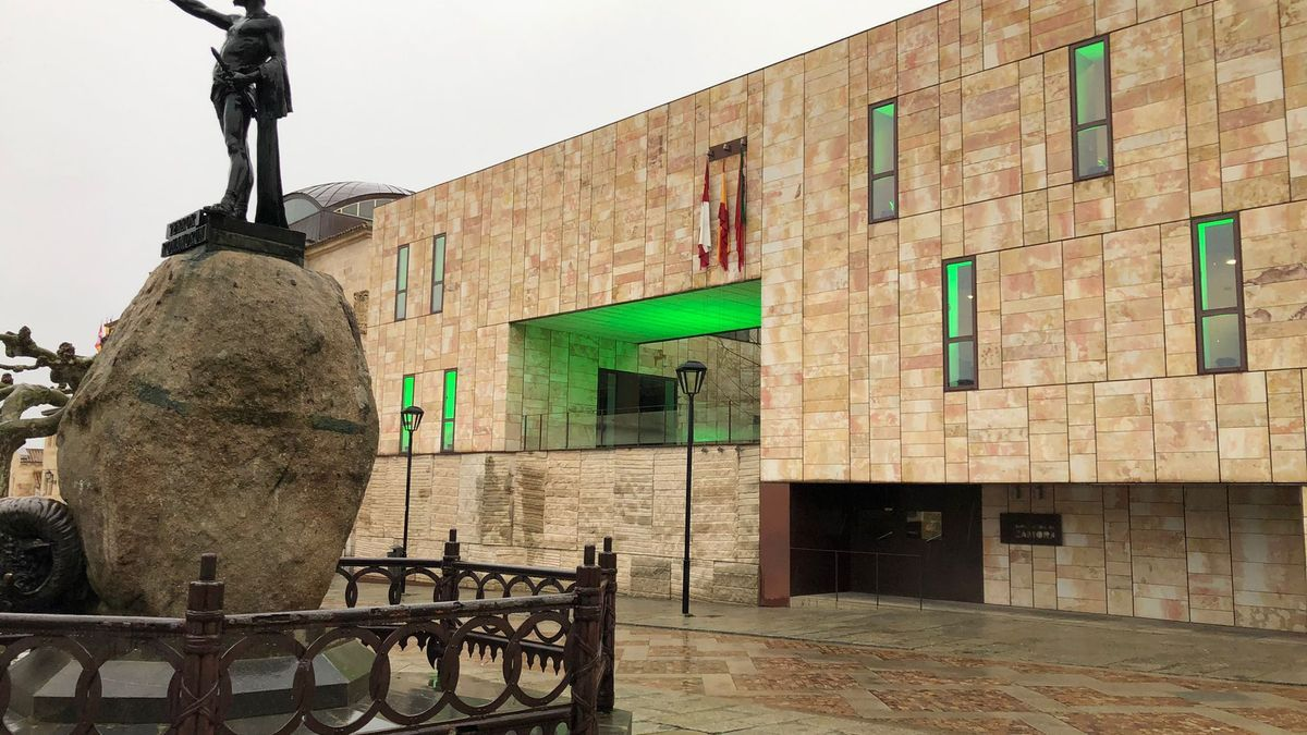El edificio de Las Arcadas de la Diputación de Zamora, iluminado de verde por el Día Mundial del ELA.