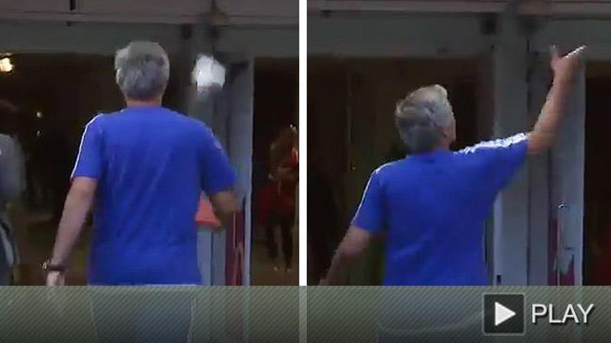 Mourinho evita saludar a Wenger y lanza su medalla al público
