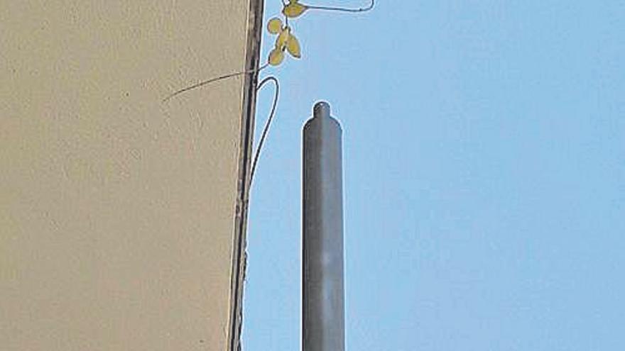 Las farolas de la calle Villalonga en Son Espanyolet se pueden tocar desde los balcones