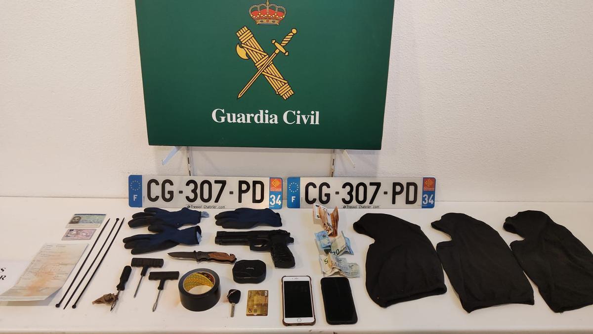 Els objectes intervinguts per la Guàrdia Civil a la Jonquera.