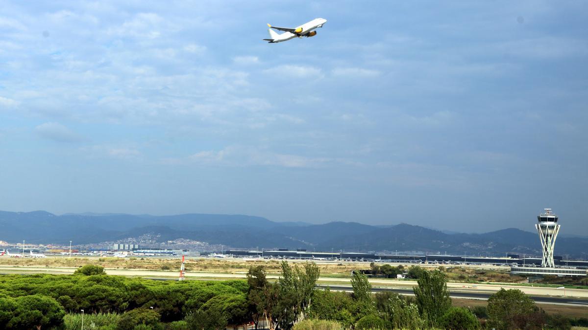 Imatge d'un avió enlairant-se a la tercera pista de l'aeroport del Prat