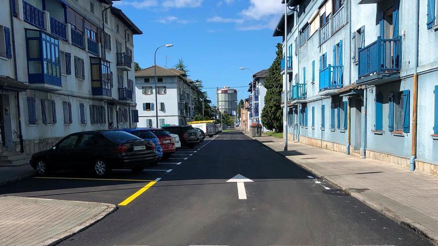 Las calles de Llaranes lucen nuevo asfaltado y la instalación de luminarias LED comenzará tras el verano