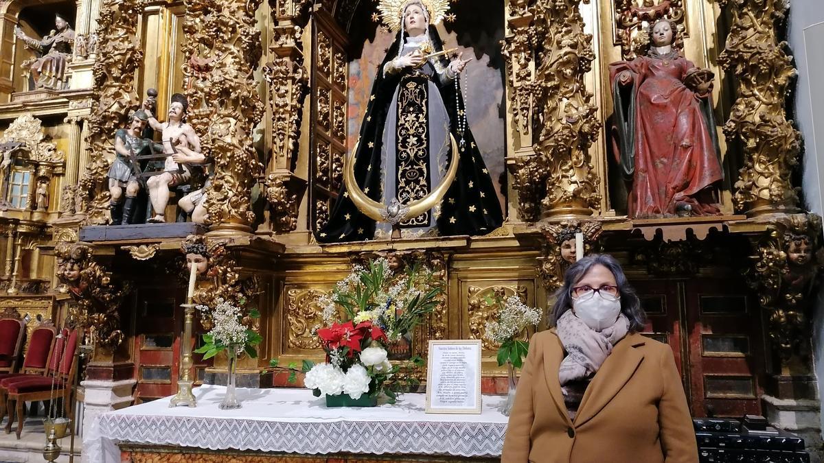 La presidenta de la cofradía, Valentina Asensio, posa junto a la imagen de la Virgen de los Dolores