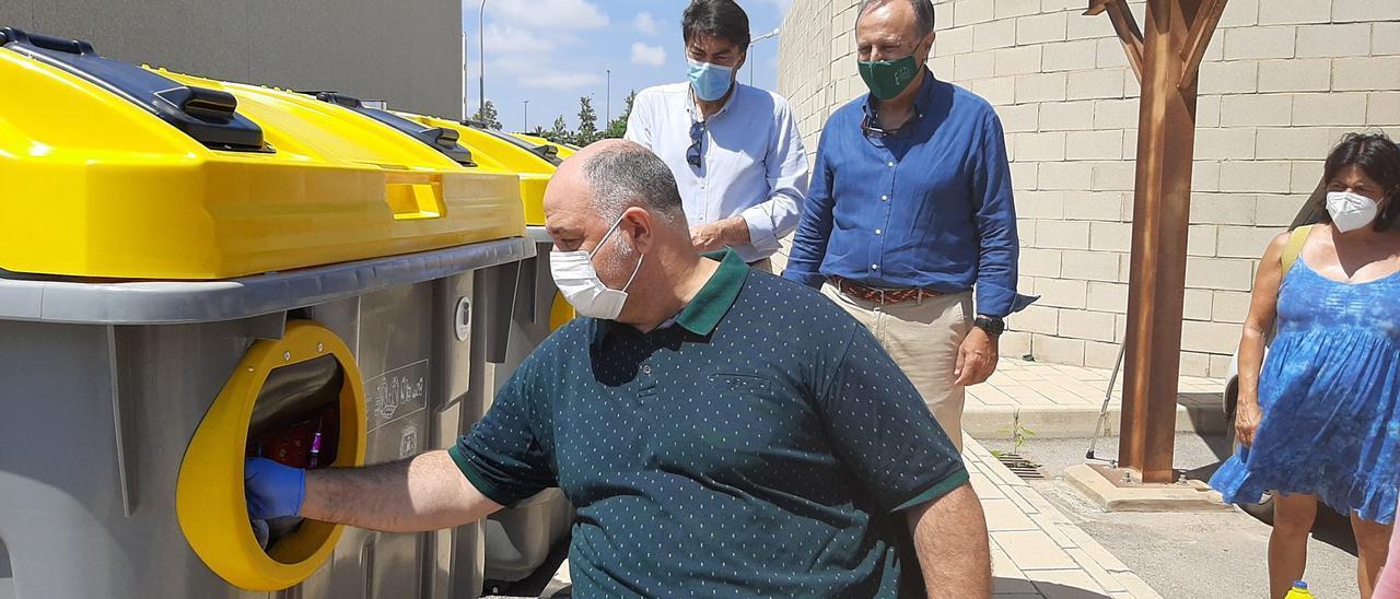 Prueba de los contenedores adaptados esta mañana con asistencia del alcalde