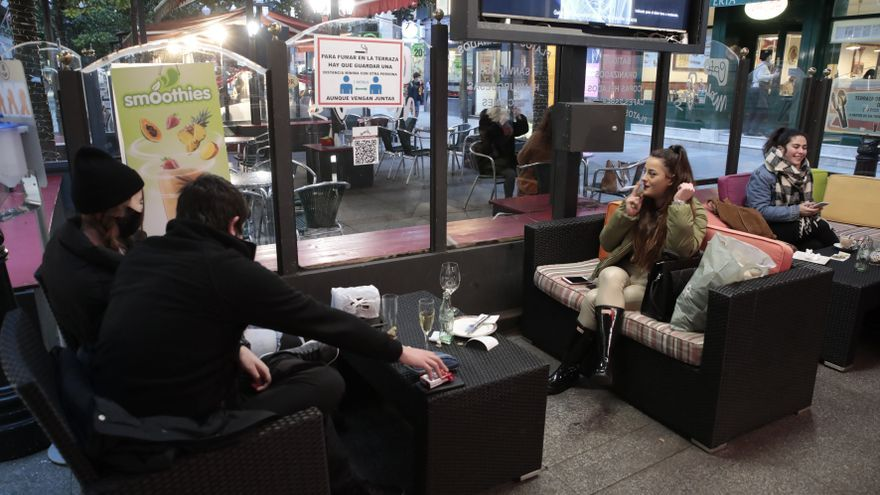 Asturias mantiene la prohibición de fumar en las terrazas hosteleras, pese a la suavización de las medidas anti-covid