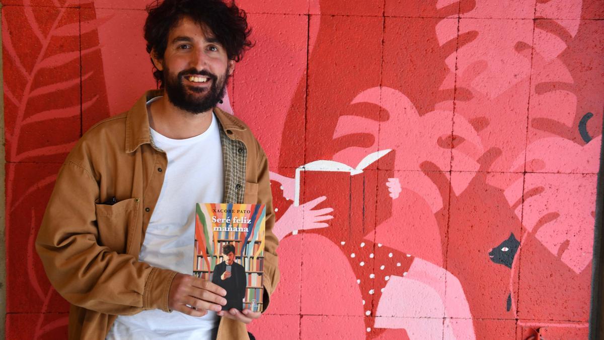 Xacobe Pato posa con su libro en Moito Conto