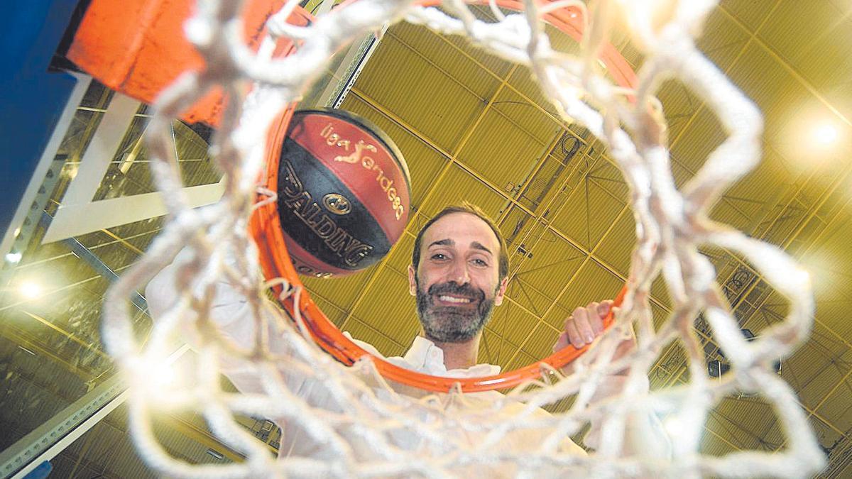 El entrenador Sito Alonso posa para La Opinión en una foto de archivo.