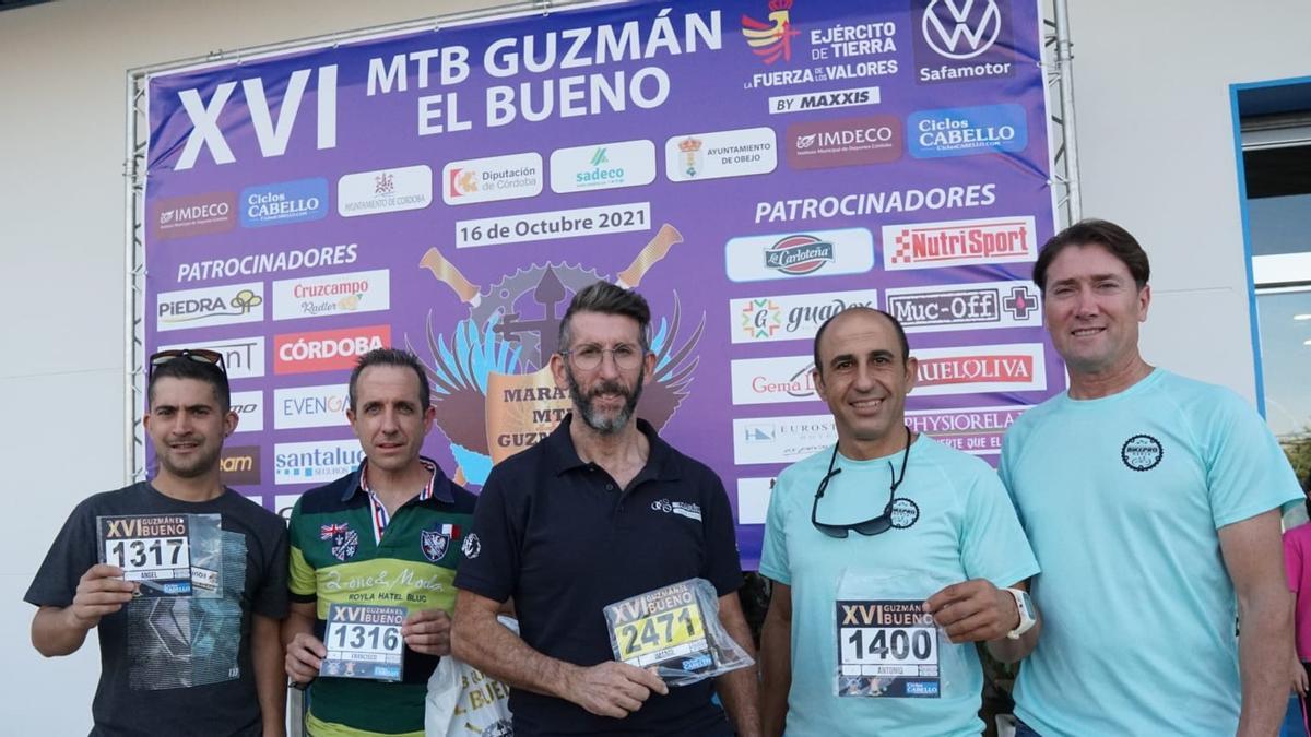 Participantes en la Guzmán El Bueno recogen sus dorsales en Ciclos Cabello.
