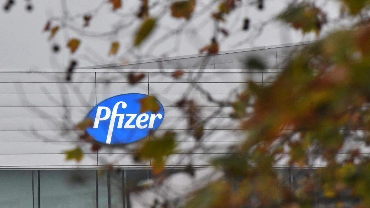 Logo de Pfizer en su sede de Bélgica
