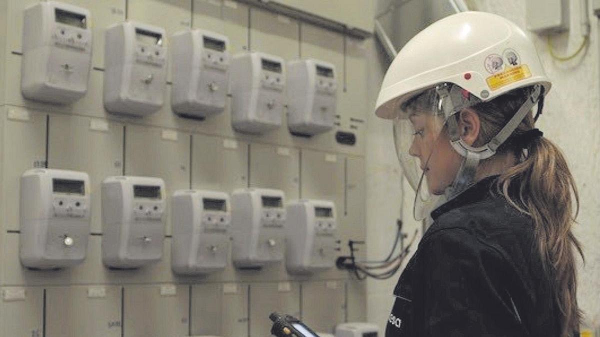 El precio de la luz bate todos los récords y se situará este miércoles en 106,57 euros el megavatio hora.