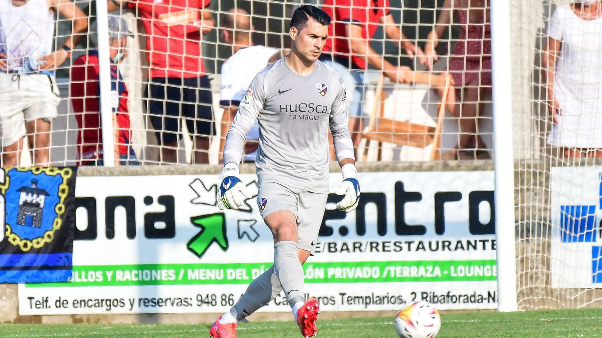 Andrés Fernández controla la pelota
