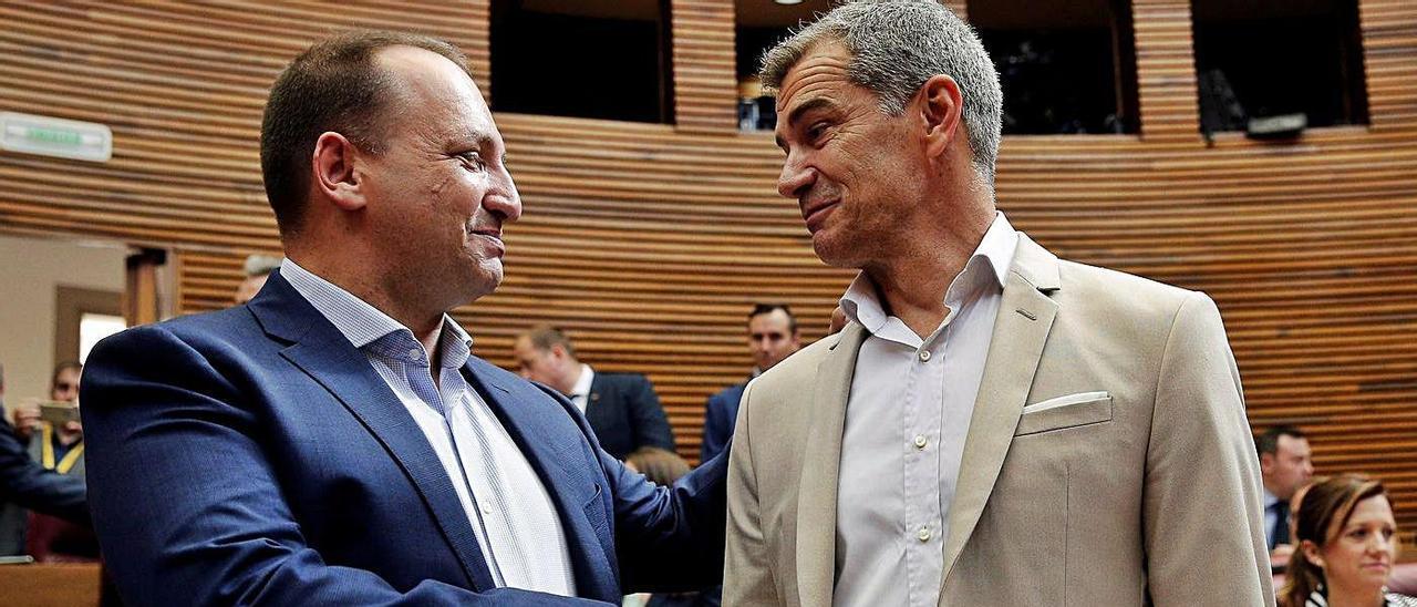 El vicepresidente del Consell, Martínez Dalmau, y Toni Cantó, en las Corts. | EFE/MANUEL BRUQUE