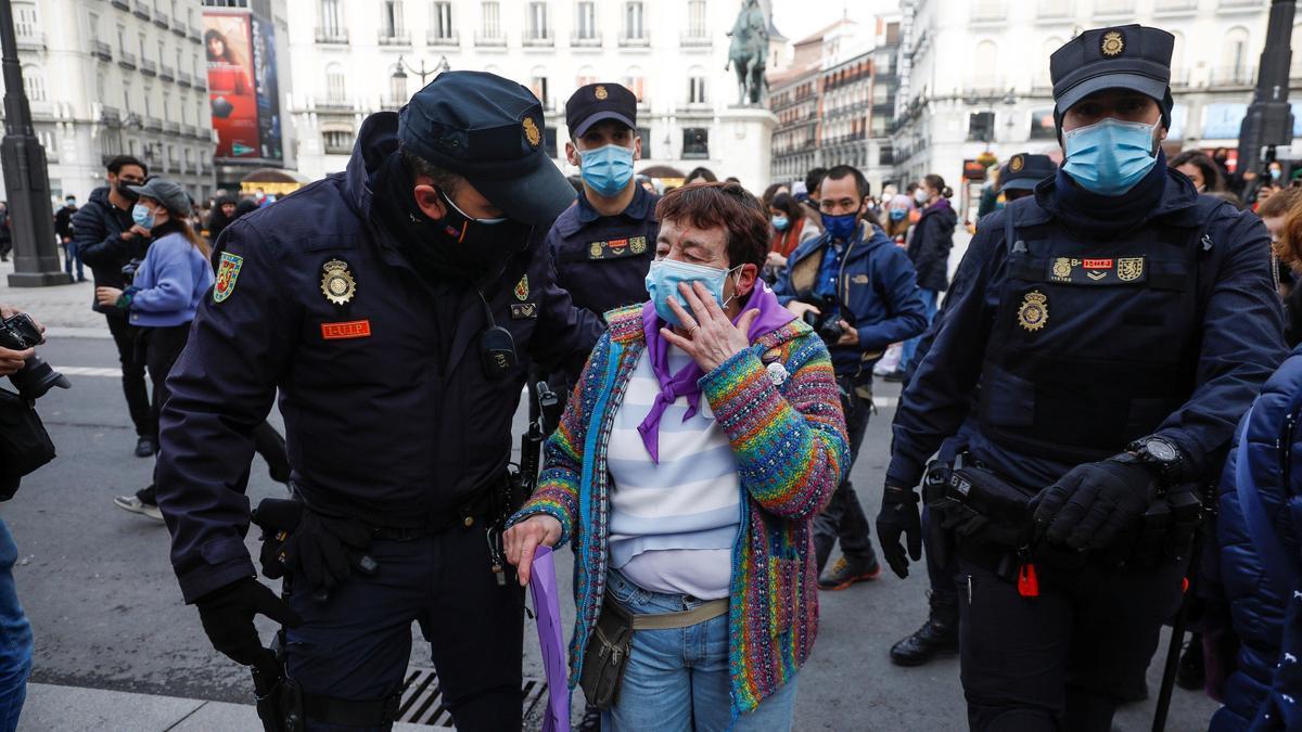Agentes prestan ayuda a la mujer agredida en la Puerta del Sol.