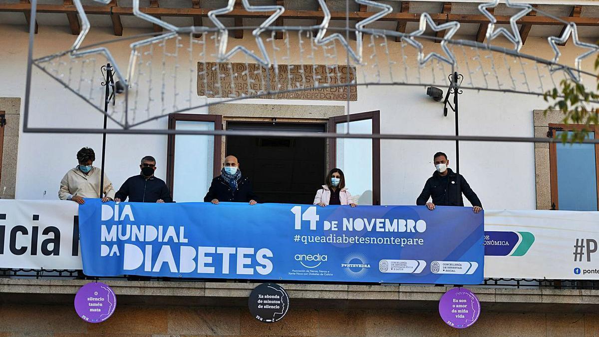 Despliegue, ayer en la Casa da Luz, de la pancarta del Día Mundial de la Diabetes.   | // GUSTAVO SANTOS
