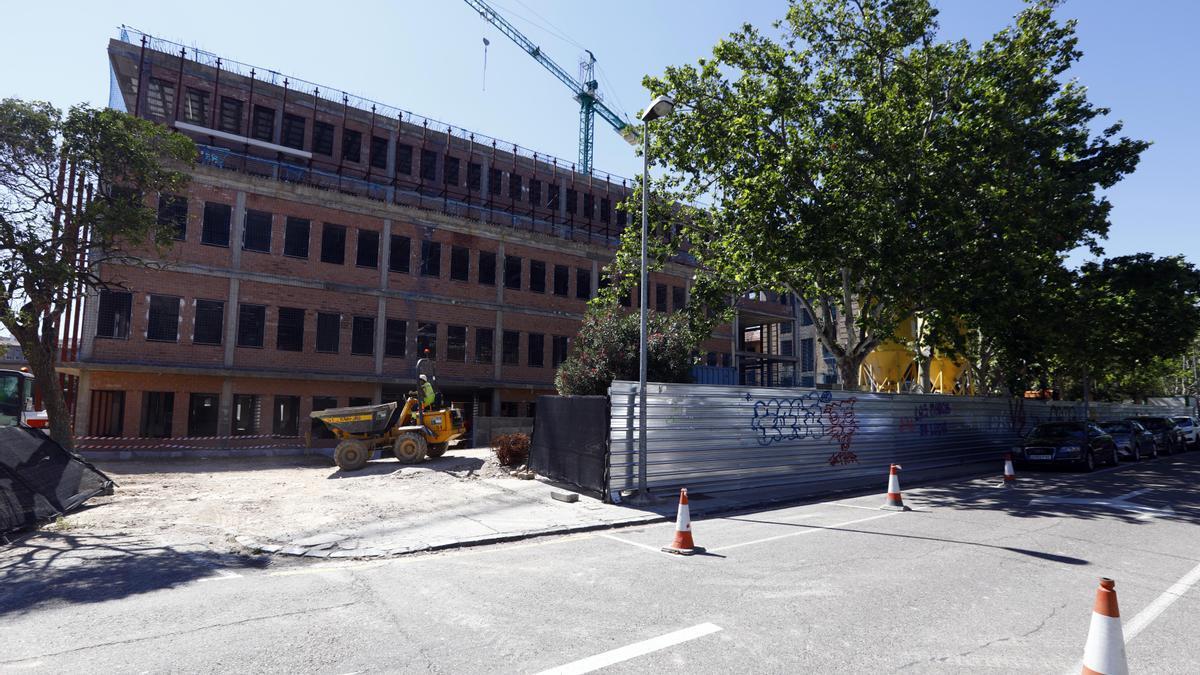 Imagen de las obras de la nueva Facultad de Filosofía, este martes, que estaba tomando el fotoperiodista en el momento en que fue alertado.
