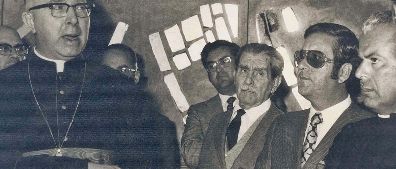 El cardenal Johannes Willebrands, Alejandro del Castillo, su hijo Alejandro y el párroco Manuel Montesdeoca en 1971