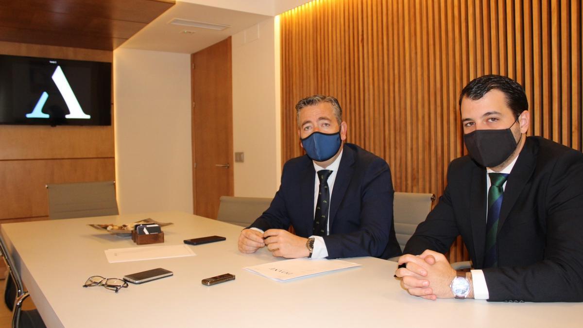 Los letrados que han llevado el caso, Antonio Domínguez (i) y Carlos Martínez (d).