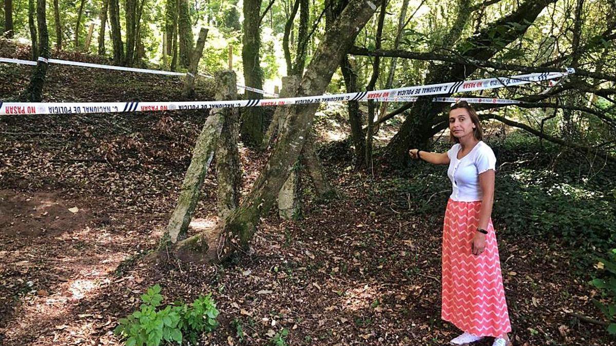 La vecina que encontró los restos óseos muestra el lugar, precintado por la Policía Nacional.