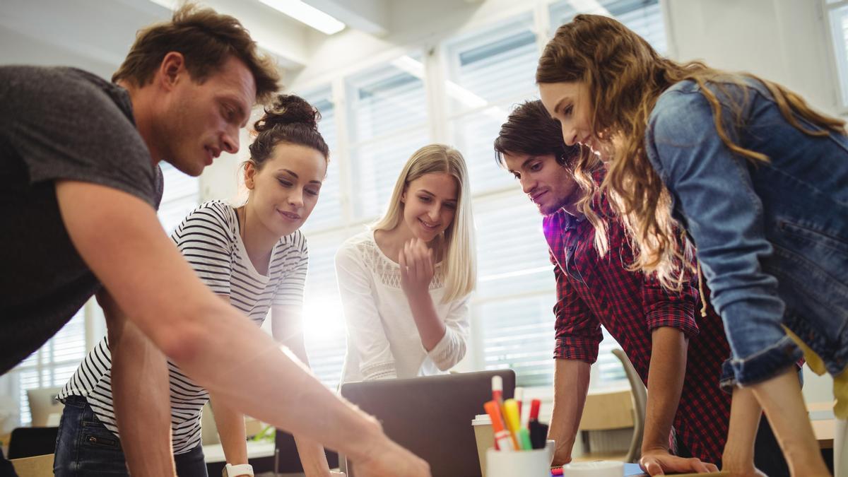 Un grupo de jóvenes planifica la puesta en marcha de una empresa