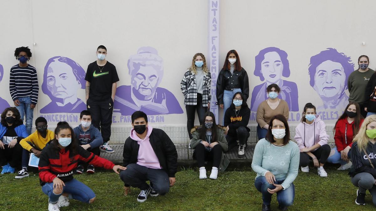 Mural de mujeres destacadas en el IES A Guía.