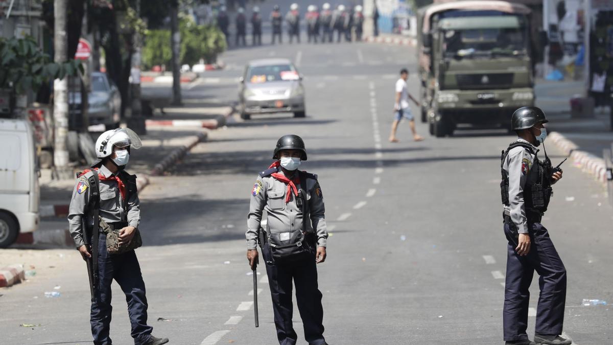 Militares en las calles de una de las principales ciudades de Birmania