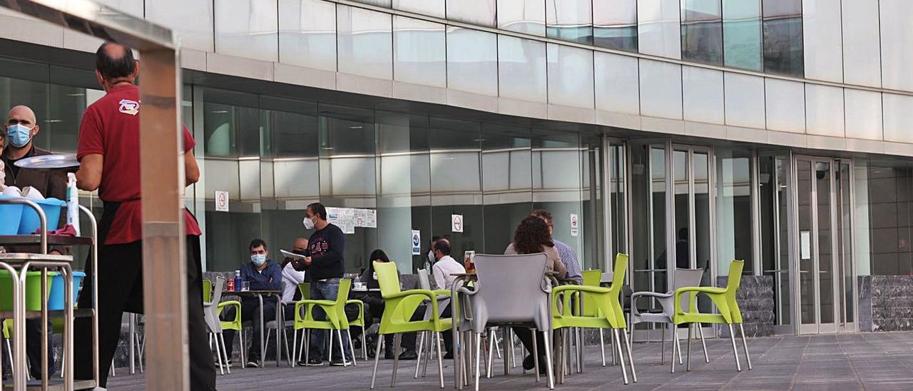 La cafetería al aire libre de la Ciudad de la Justicia de Elche.