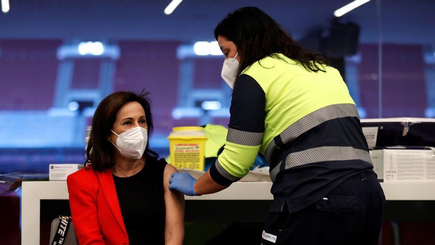 Margarita Robles recibe la vacuna contra la COVID-19 en el Wanda Metropolitano