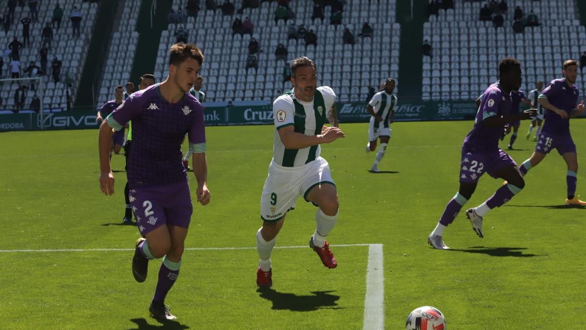 Piovaccari, en el centro, pugna por un balón en el encuentro contra el Betis Deportivo.