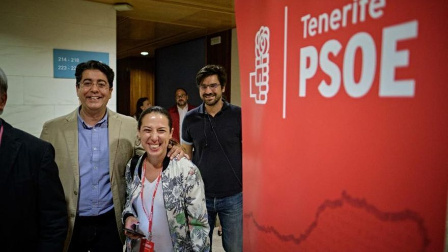 El PSOE isleño recupera la  sonrisa y celebra el voto útil y el desastre del PP