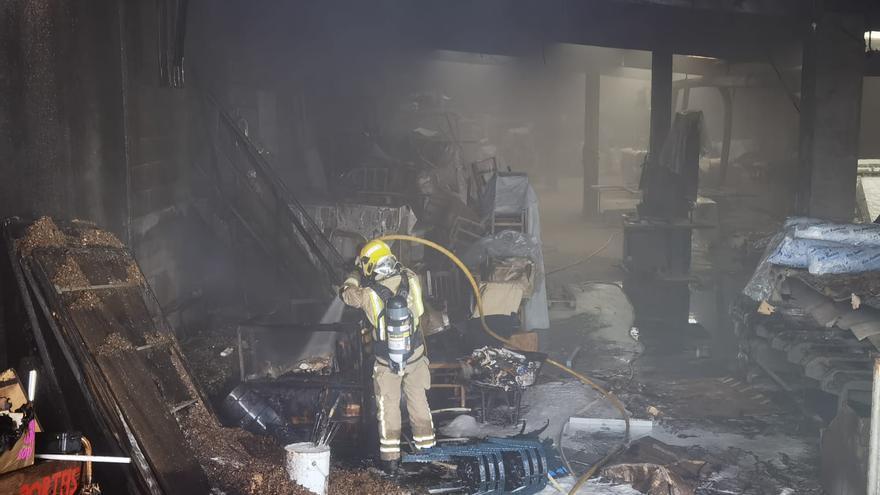 Un incendio causa graves daños en un establecimiento de muebles de Cuntis