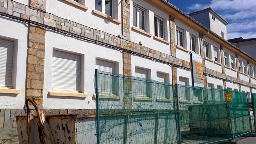 Navia, con 30 mayores en espera de plaza, promueve una nueva residencia en la villa