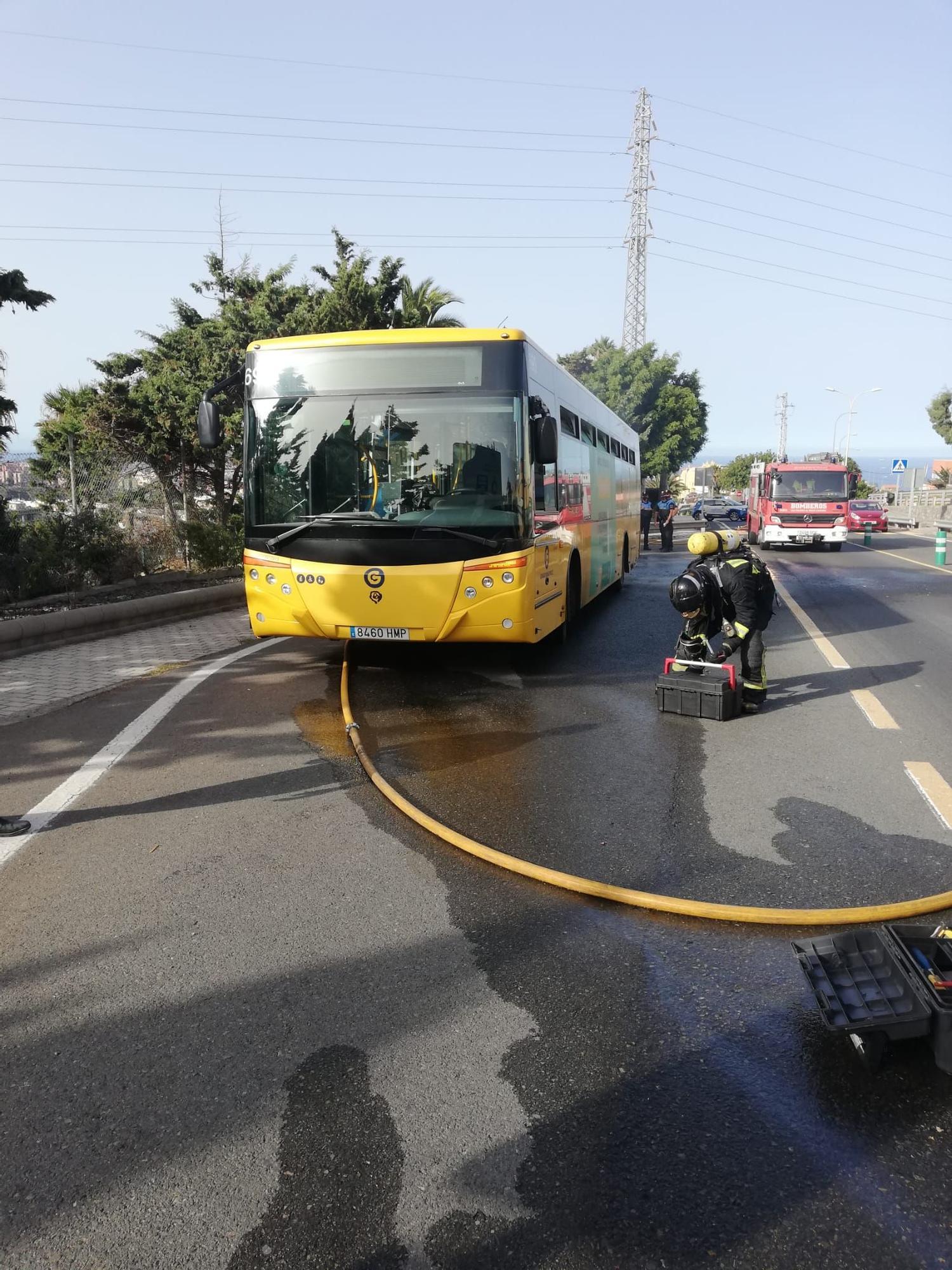Incendio de una guagua municipal en Las Palmas de Gran Canaria