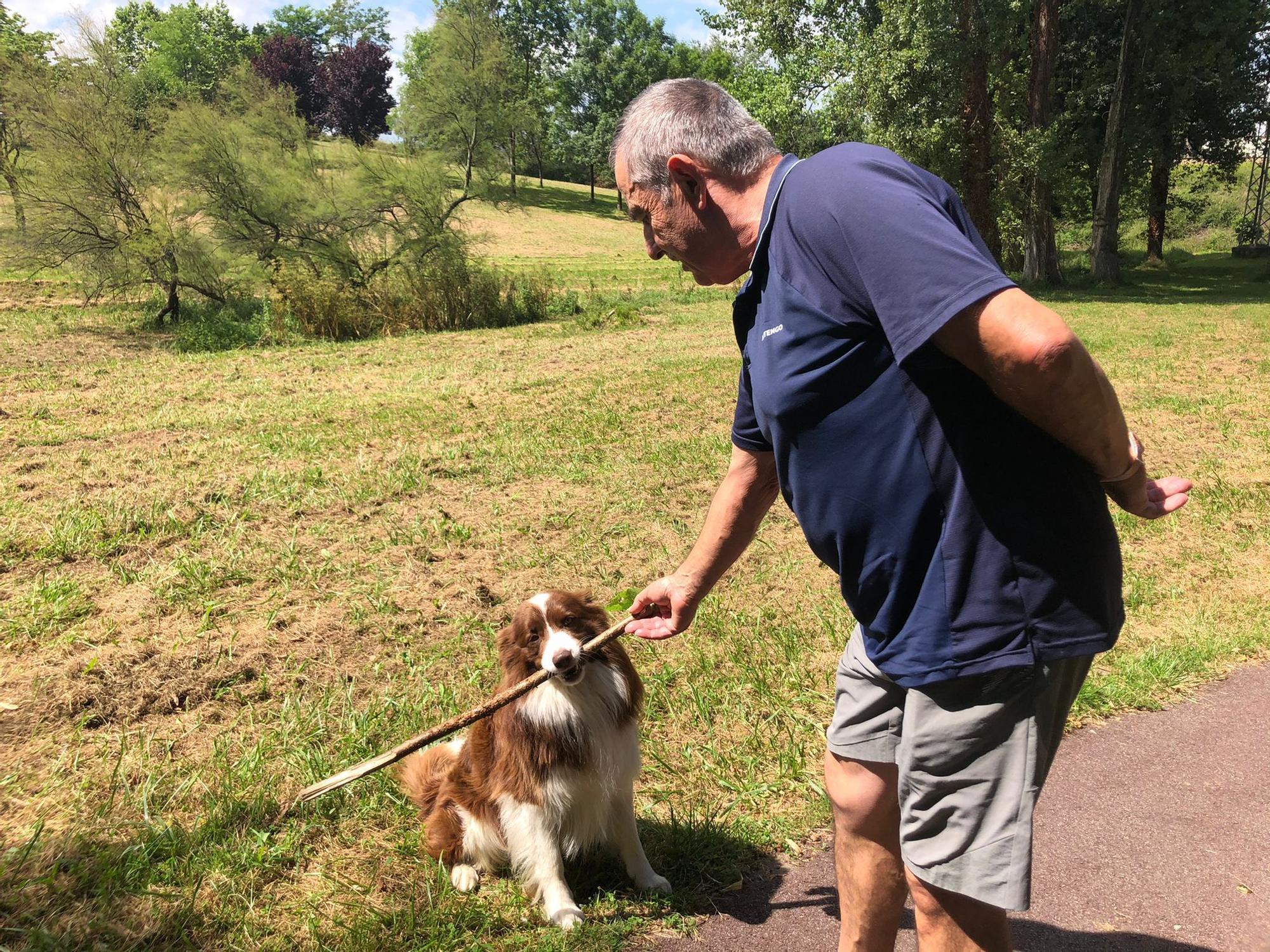 Alfredo Quiñones con su perro Rocky.jpeg