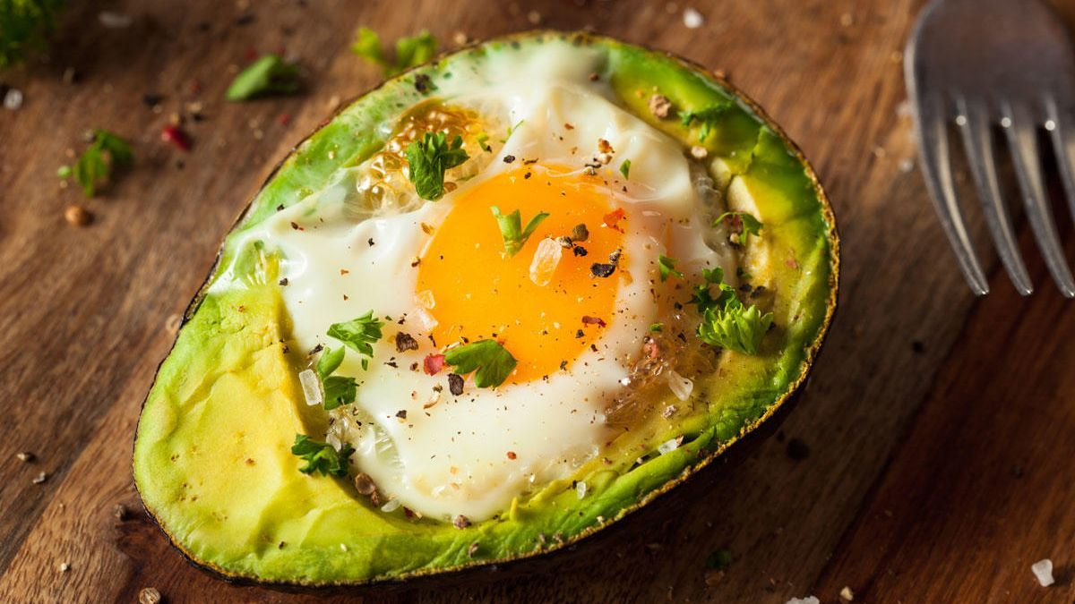 Aguacate al horno con huevo.