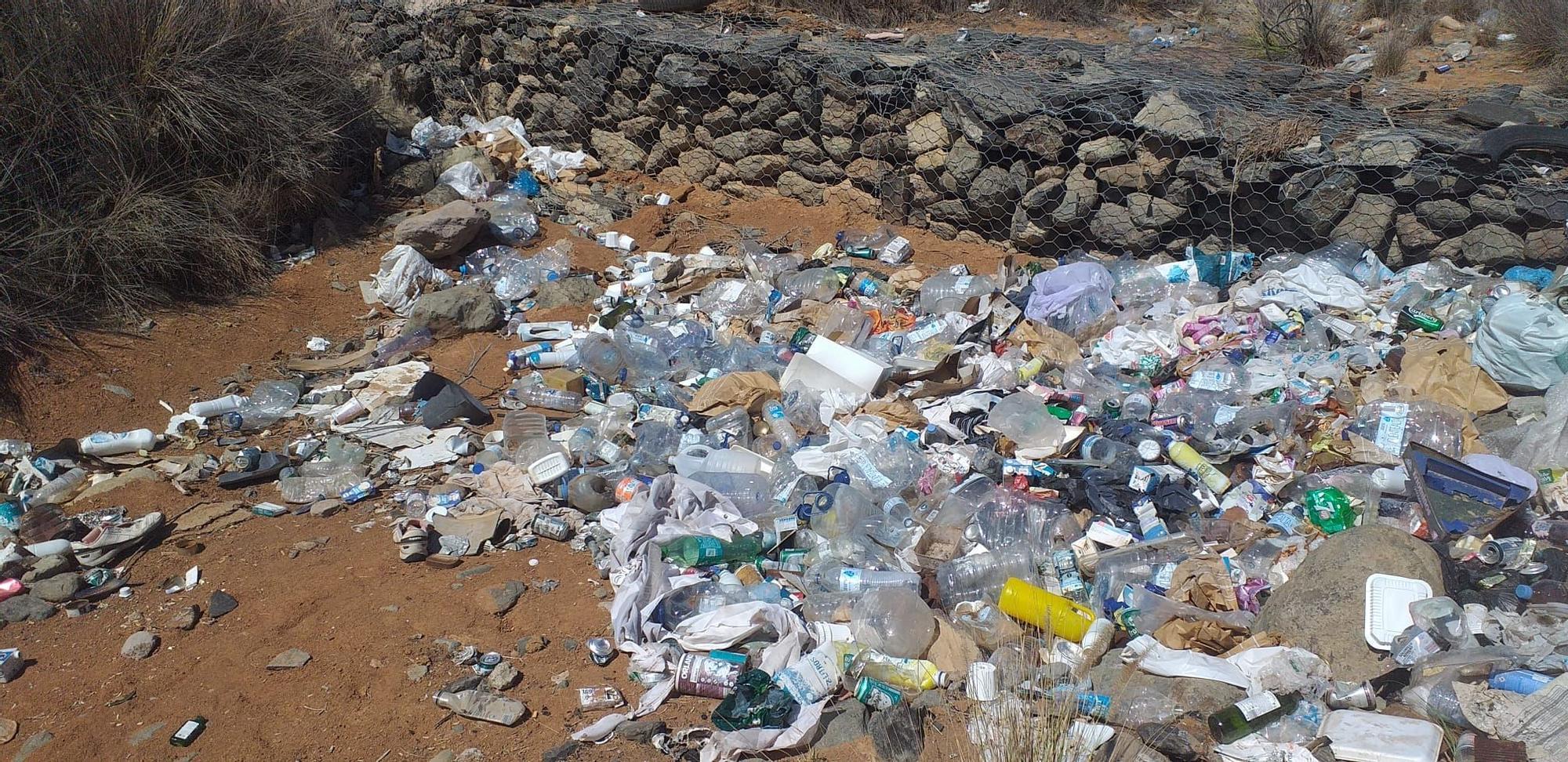 Basura y plásticos en un barranco de San Bartolomé de Tirajana
