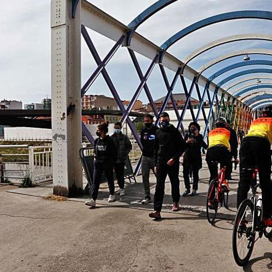 Deportistas, en el puente  de San Sebastián, ayer. | M. V.