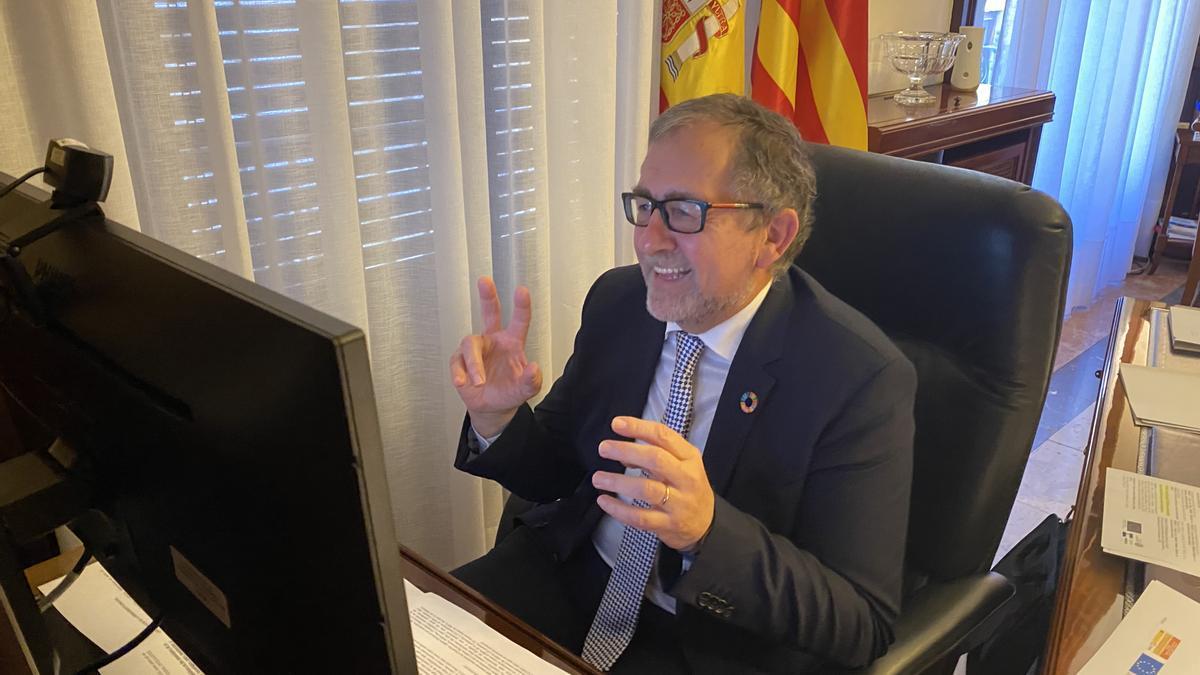 El presidente de la Diputación, José Martí, frente al ordenador