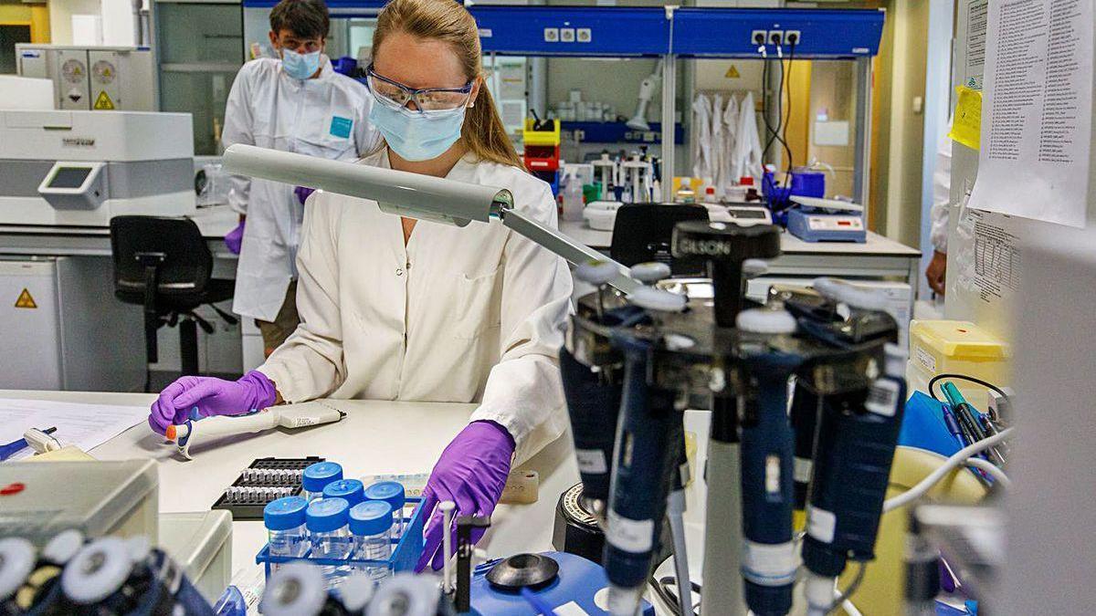 Una científica trabaja en la vacuna de Janssen en un laboratorio de Bélgica.