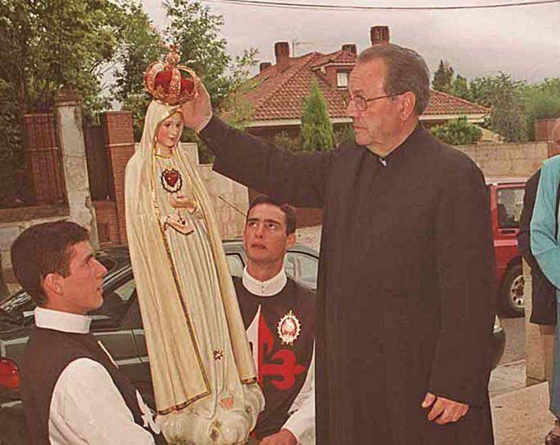El religioso, junto a la imagen de la Virgen de Fátima, en 2002.